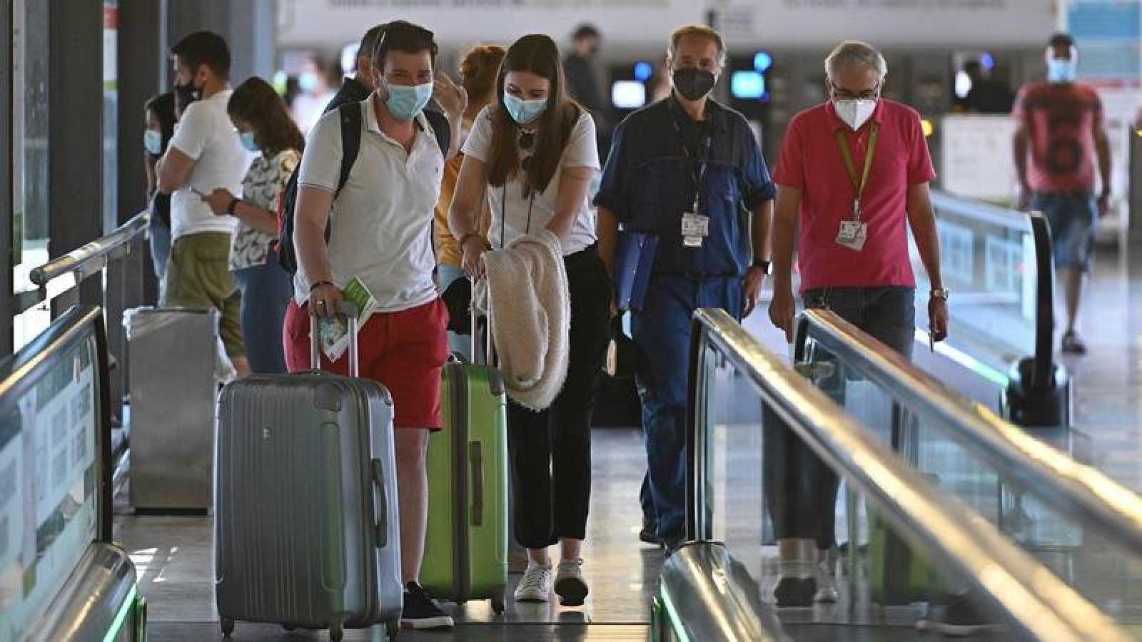 Varios turistas caminan por la terminal 4 del aeropuerto Adolfo Suárez Madrid Barajas
