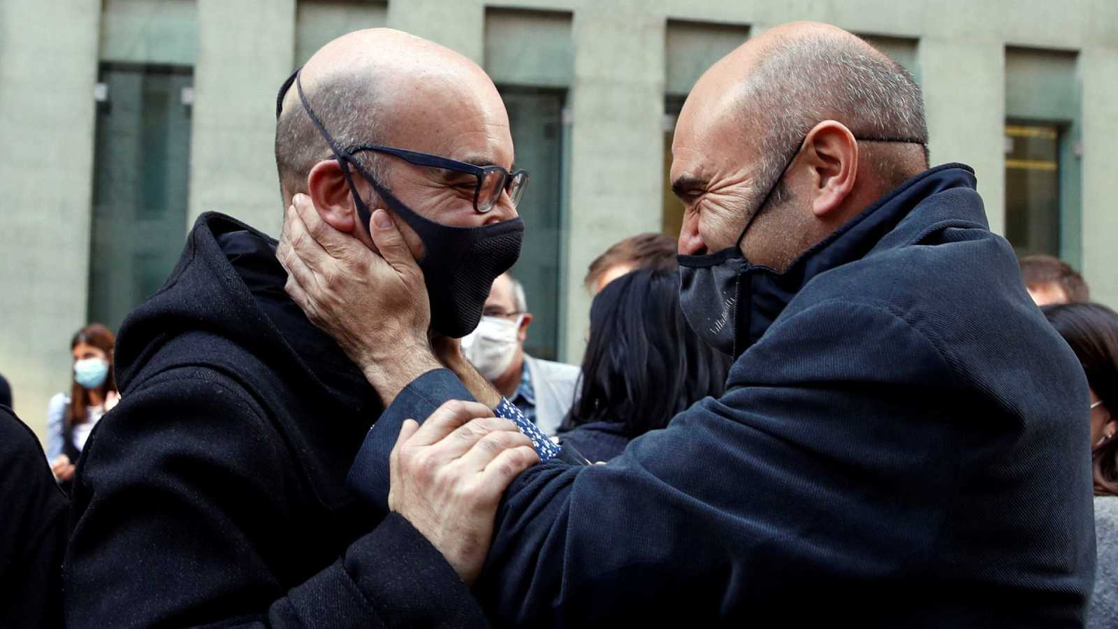 El exconseller de ERC Xavier Vendrell (d) saluda al empresario Oriol Soler (i)