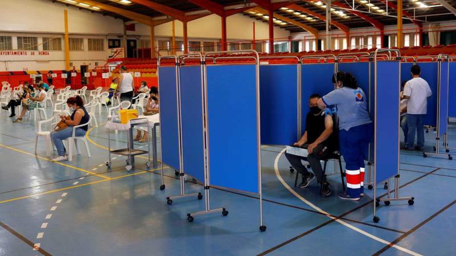 Un hombre recibe una dosis de la vacuna contra la COVID-19 en Ronda, Málaga.
