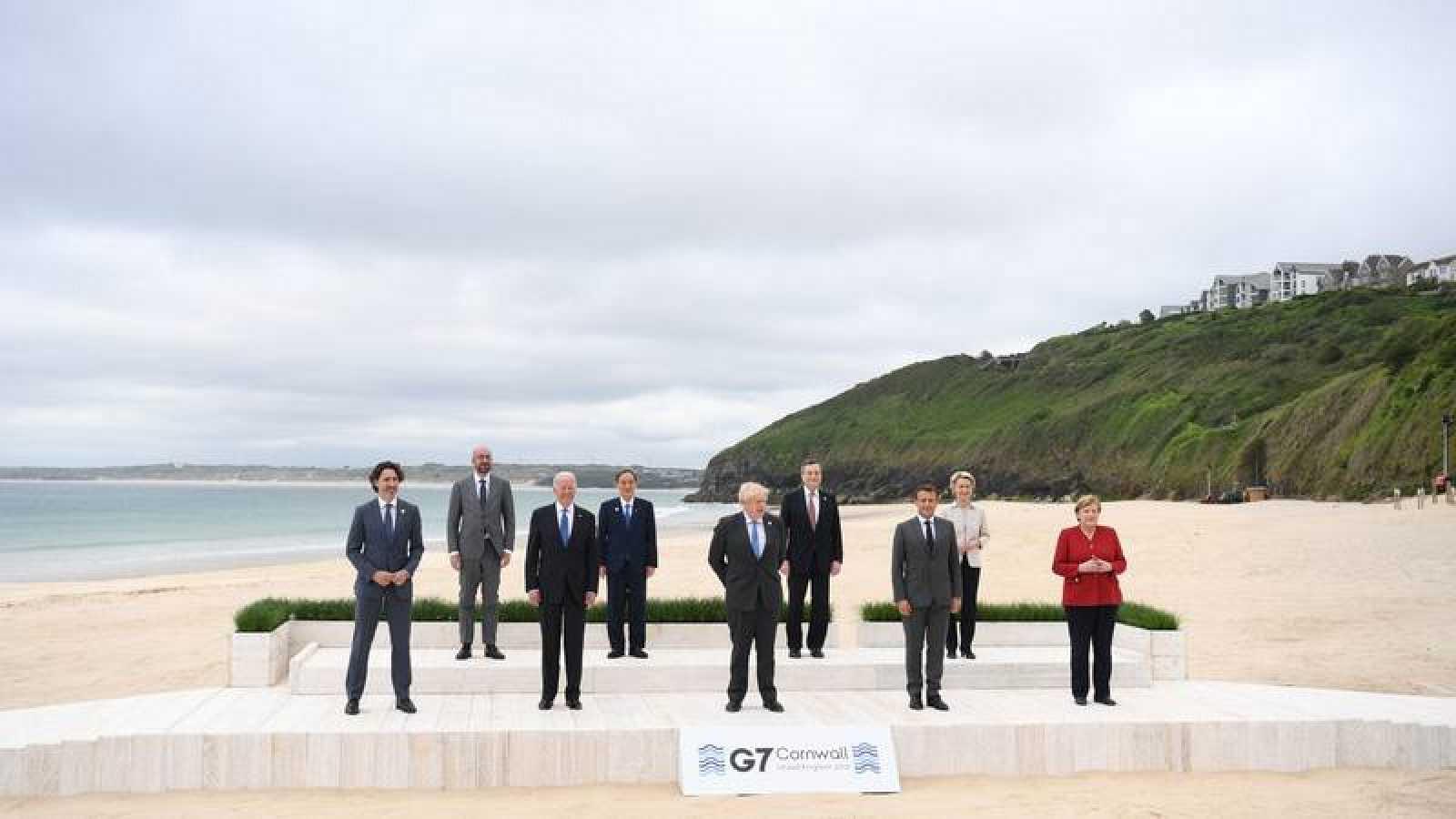 El primer ministro británico, Boris Johnson, posa con los líderes del G7 para la foto de familia durante la cumbre del G7 en Carbis Bay, Reino Unido