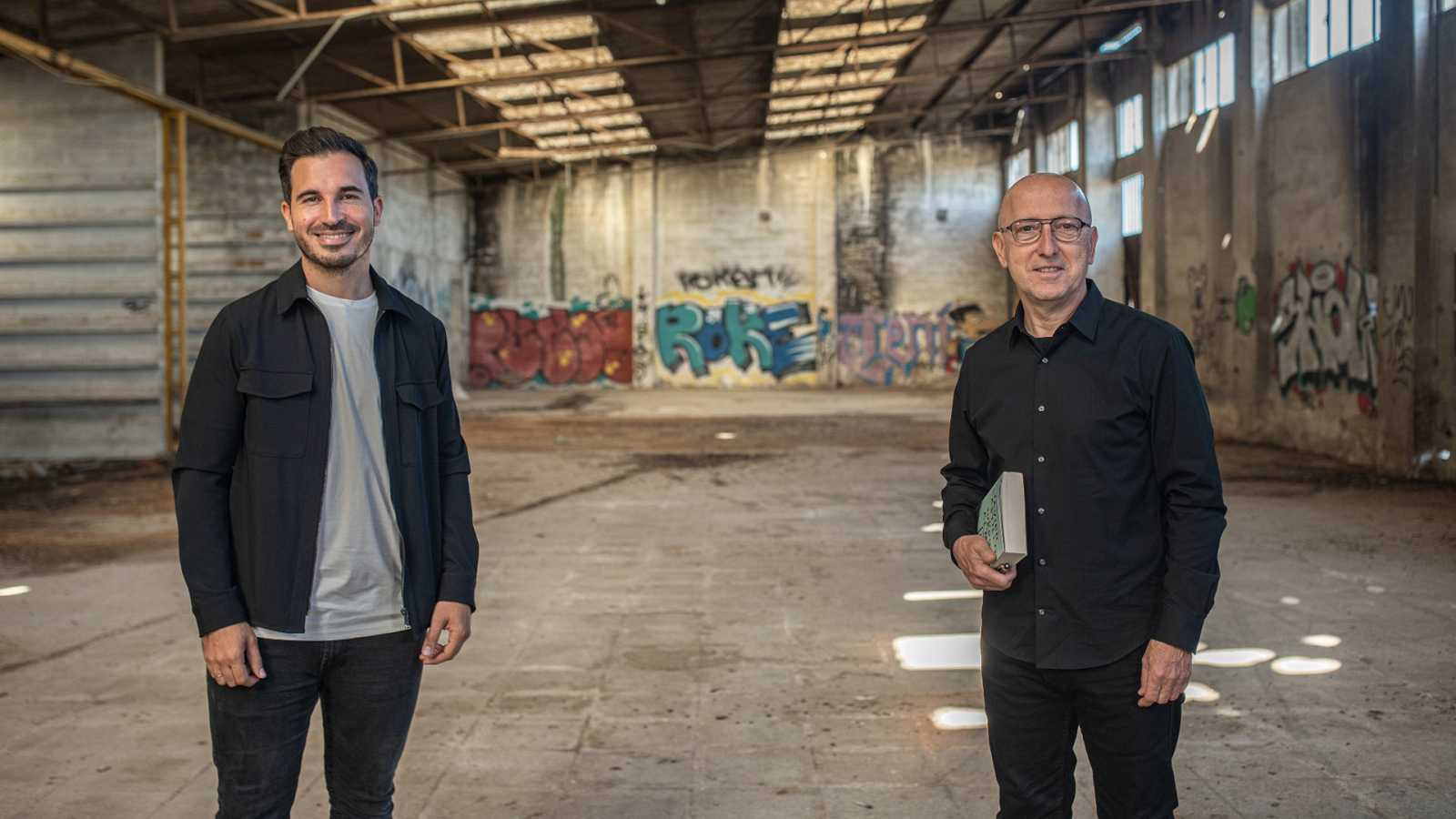 El escritor Javier Castillo con Óscar López, director y presentador de 'Página Dos'