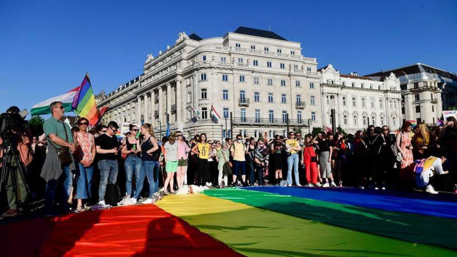 Grupos LGTBIQ protestan frente al Parlamento húngaro