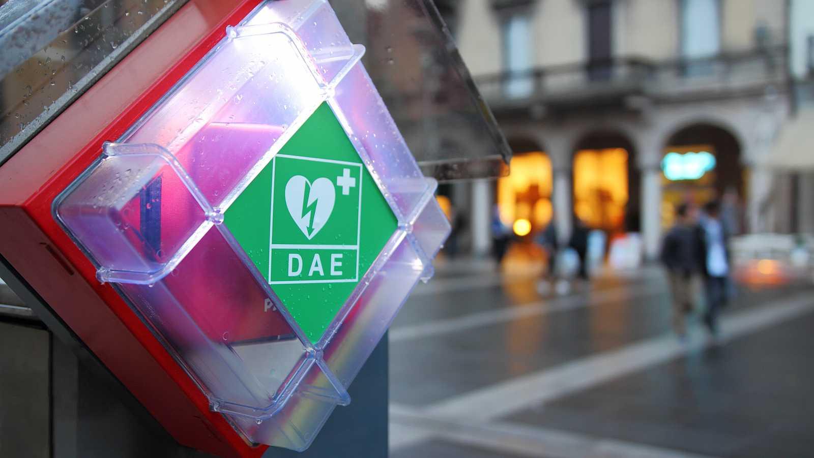 En España, la disponibilidad de desfibriladores en espacios públicos es muy escasa.