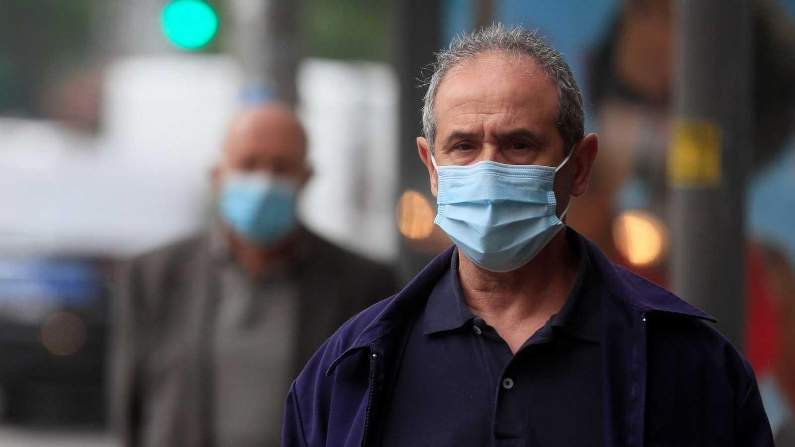 Un hombre con mascarilla pasea por Madrid