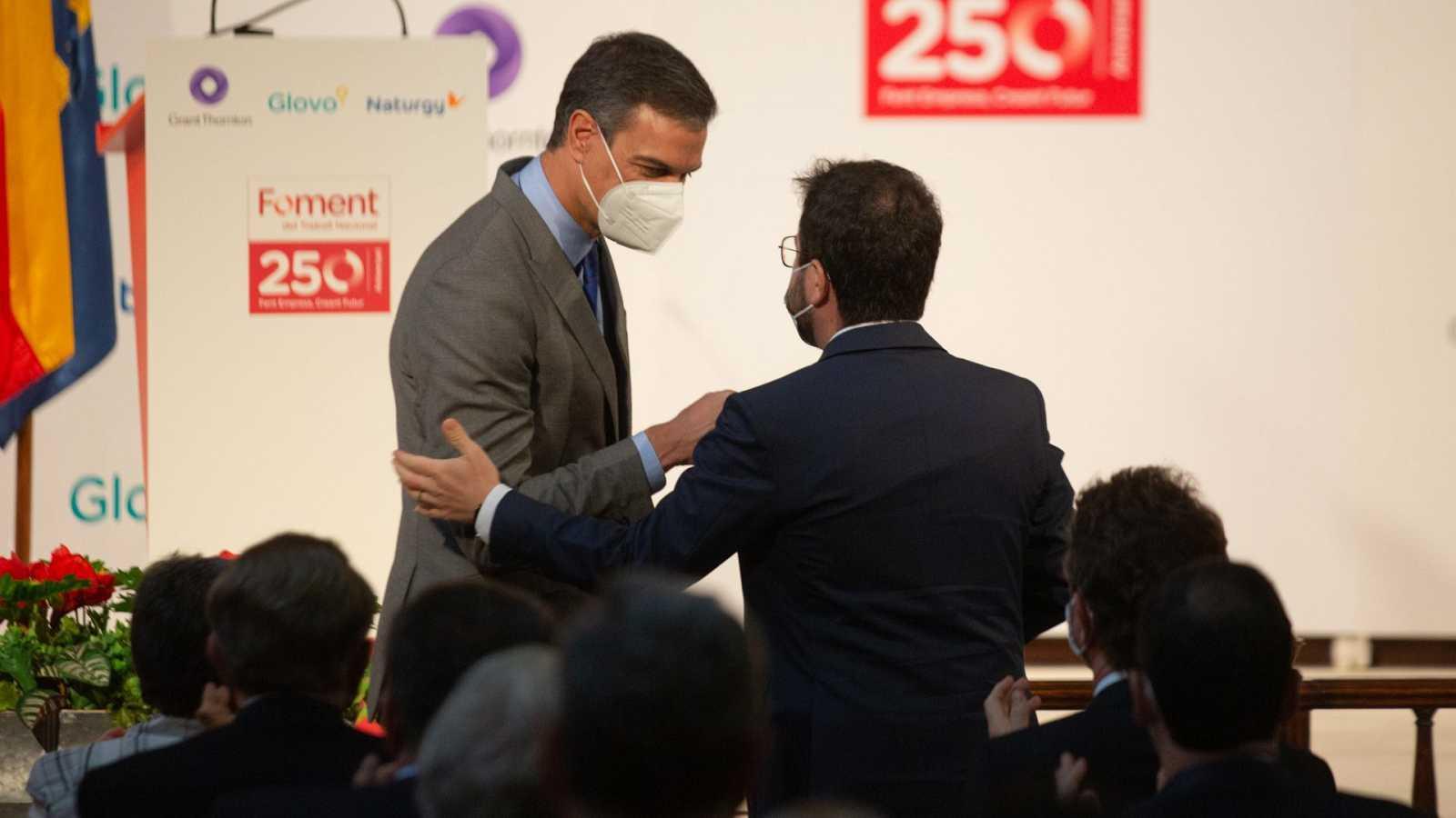 El presidente del Gobierno, Pedro Sánchez (i) y el president de la Generalitat, Pere Aragonés (d)