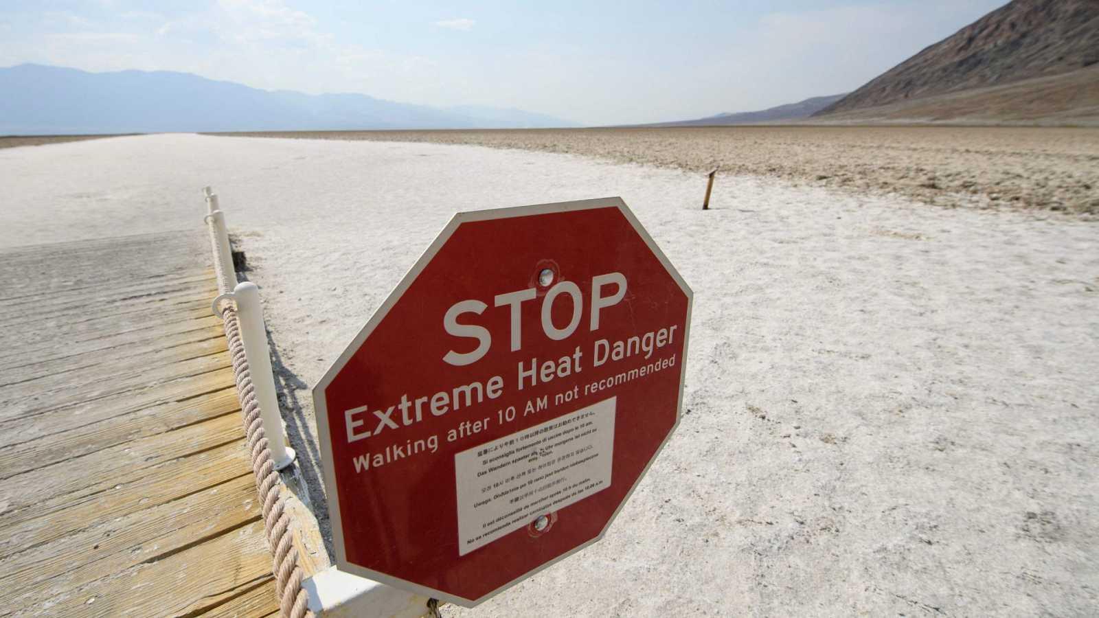 Un cartel recomienda no caminar en el Parque Nacional de Death Valley (California) después de las 10.00 de la mañana por el calor