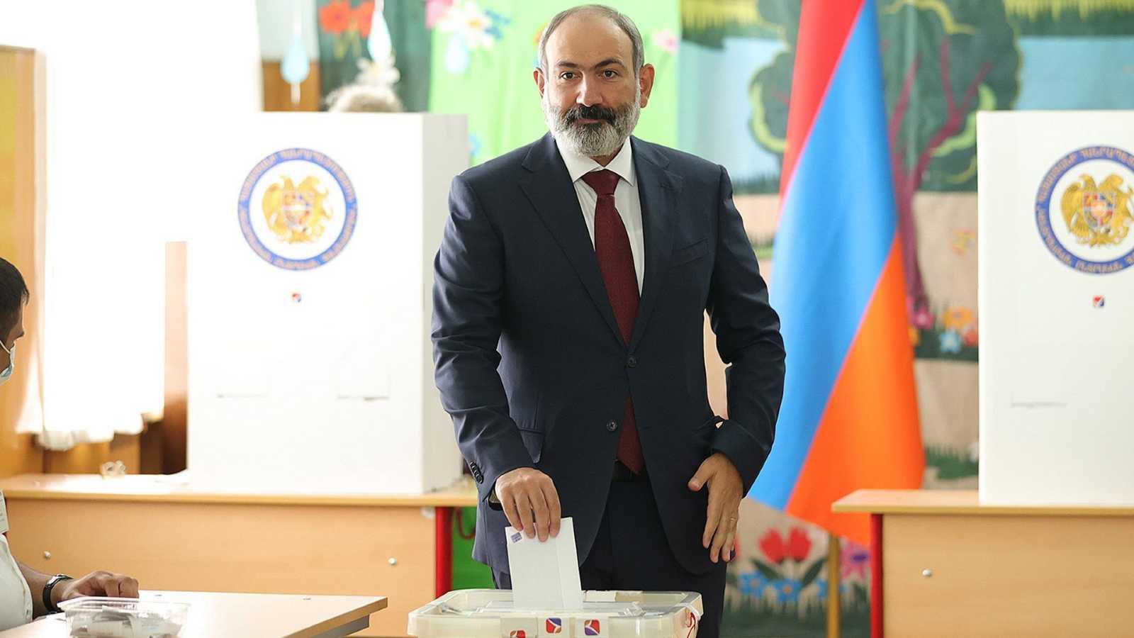 El primer ministro armenio Nikol Pashinián, deposita su voto en las elecciones parlamentarias