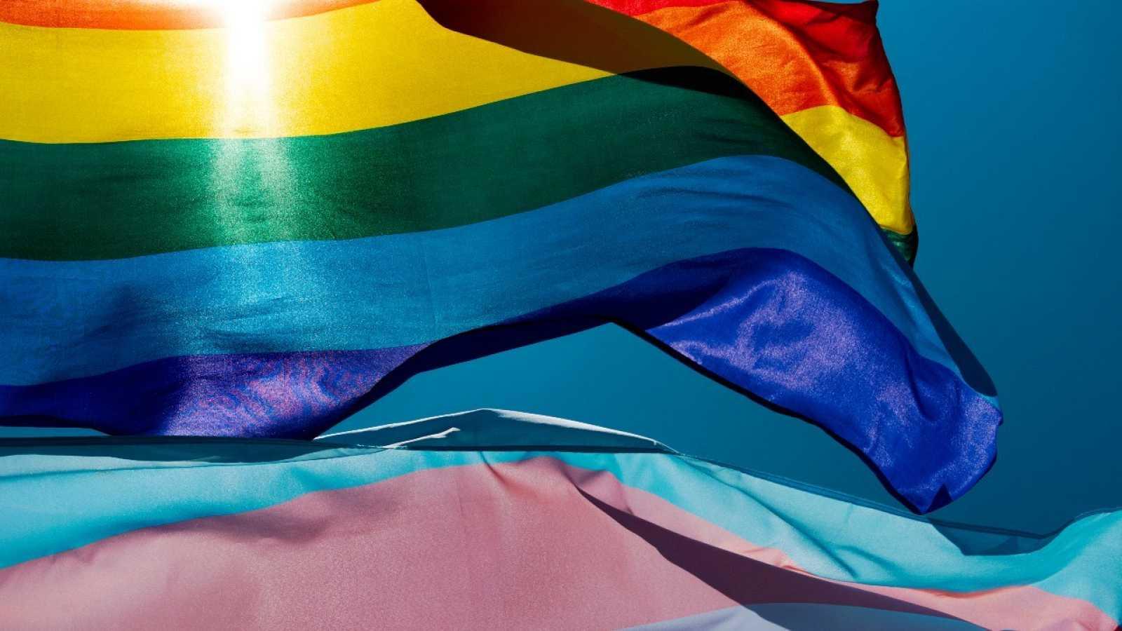Una bandera LGTB y una trans