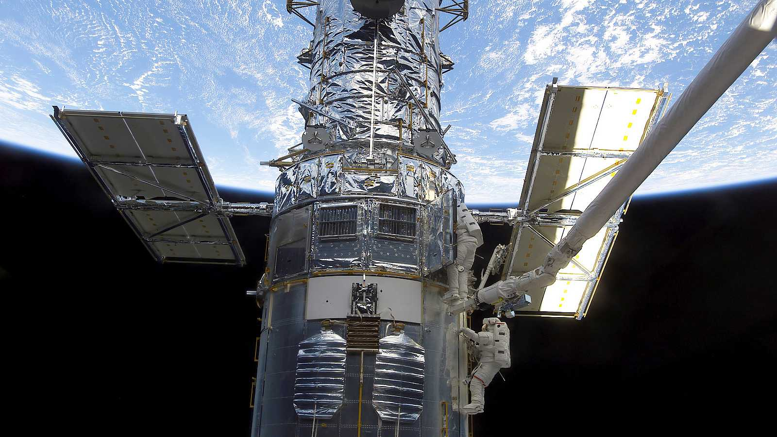 Un astronauta de la NASA procede a realizar tareas de mantenimiento en el telescopio espacial Hubble.