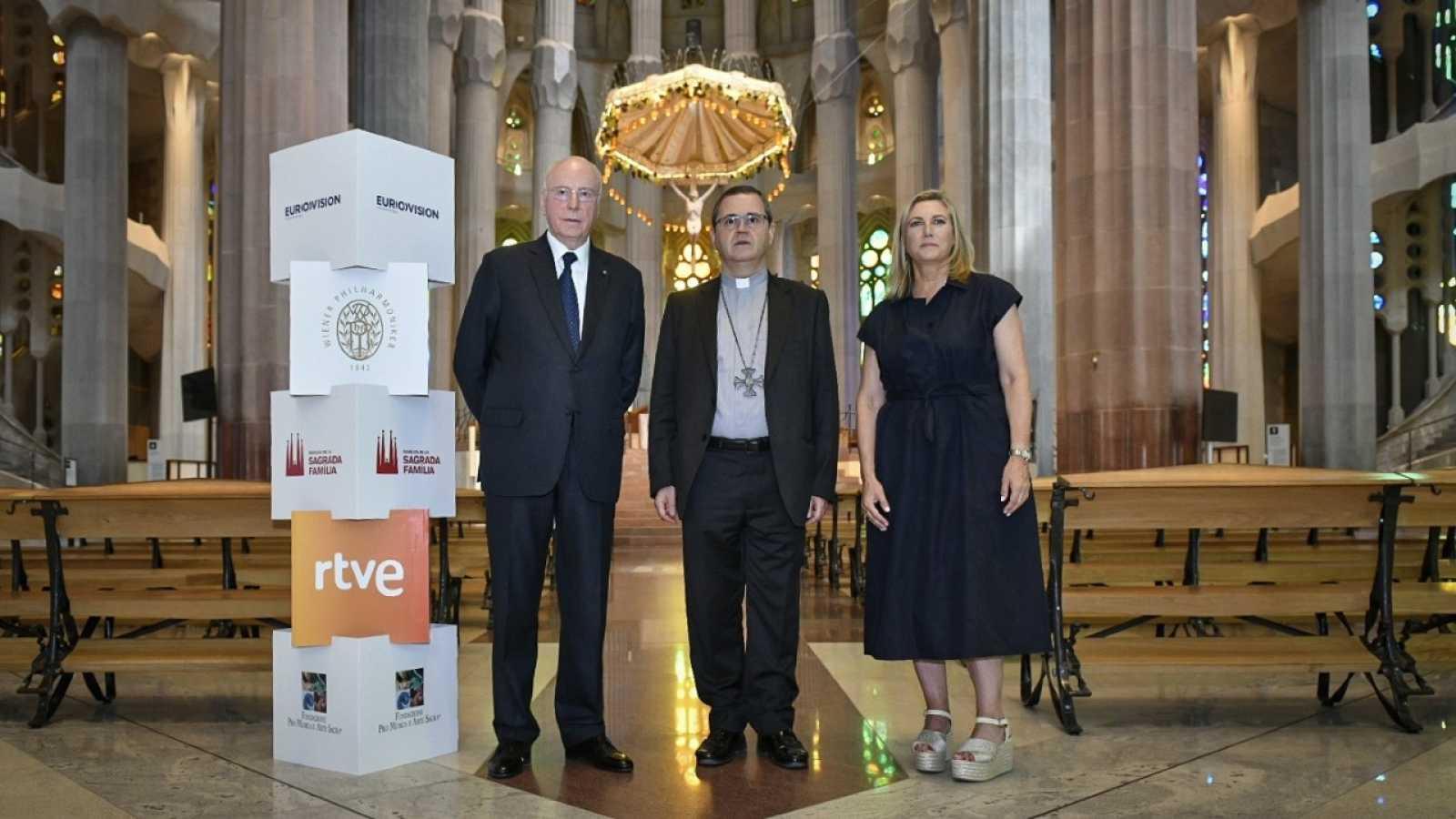 Foto de Hans-Albert Courtial, Mons. Sergi Gordo i Ana María Bordas a la Sagrada Família