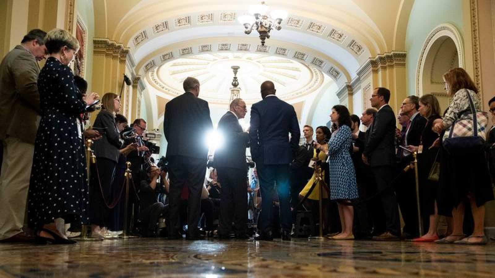 El líder de la mayoría demócrata del Senado, Chuck Schumer, hablando con la prensa en el Capitolio