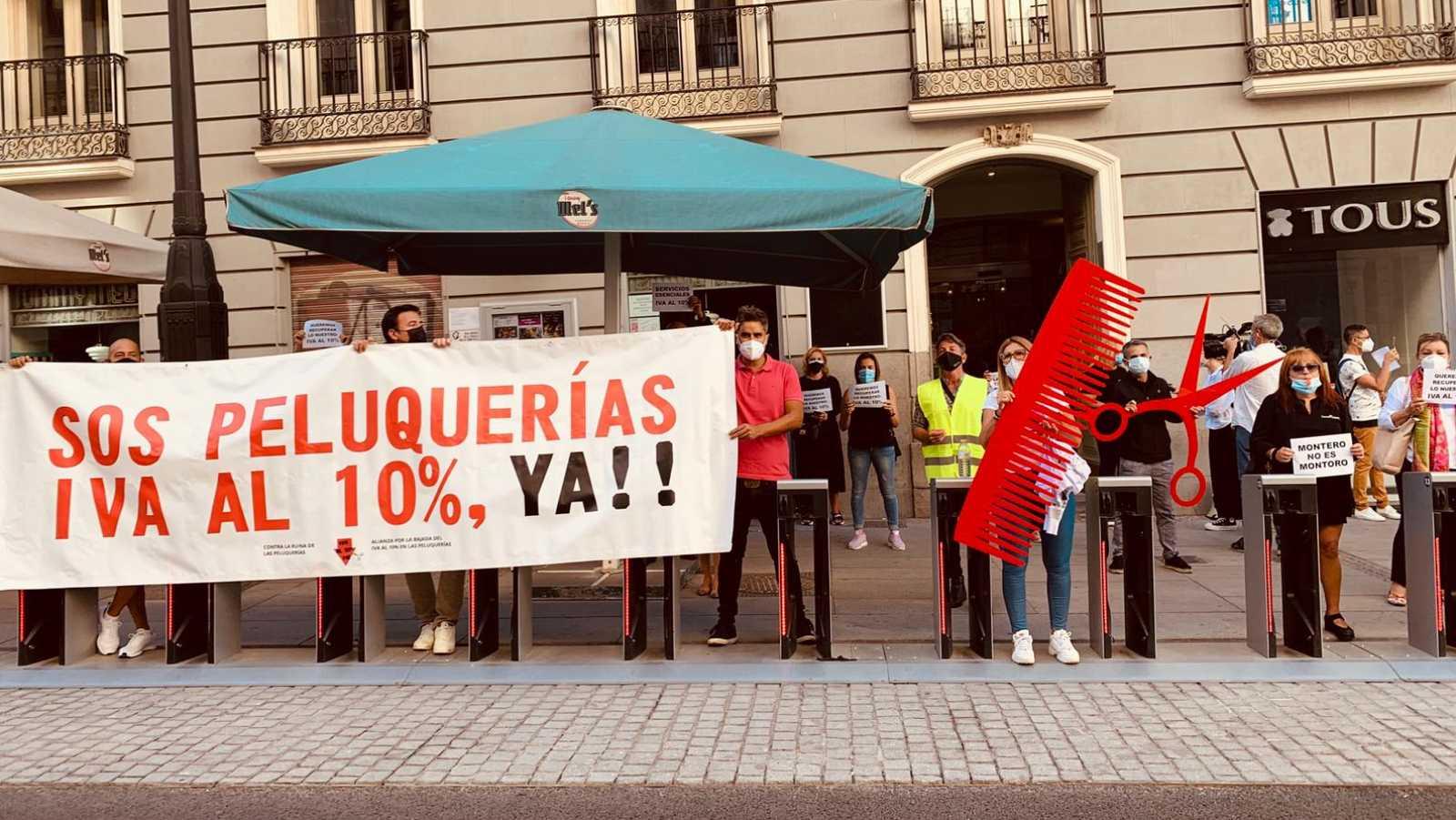 Imagen de archivo en la que aparecen manifestantes pidiendo la bajada del IVA a las peluquerías.