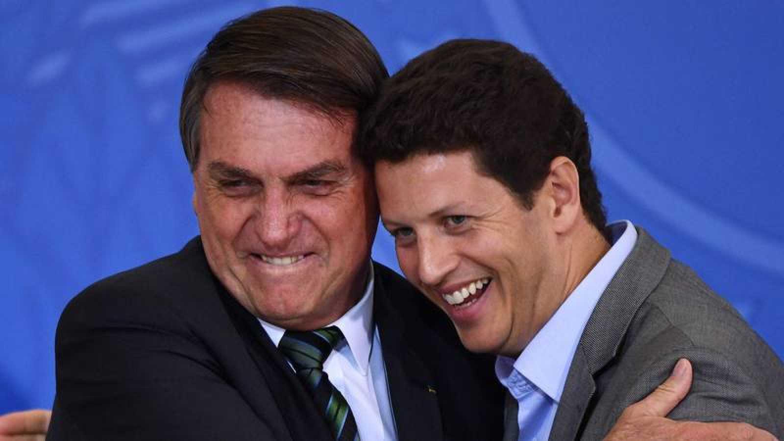 Jair Bolsonaro (i) junto al ya exministro de Medio Ambiente Ricardo Salles (d)