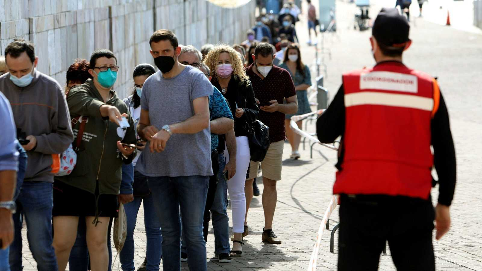 Larga cola para vacunarse contra el COVID-19 en la Ciudad de la Cultura en Santiago de Compostela