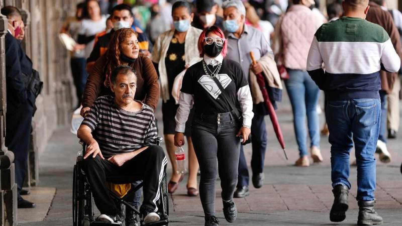Paseantes por el centro histórico de Ciudad de México