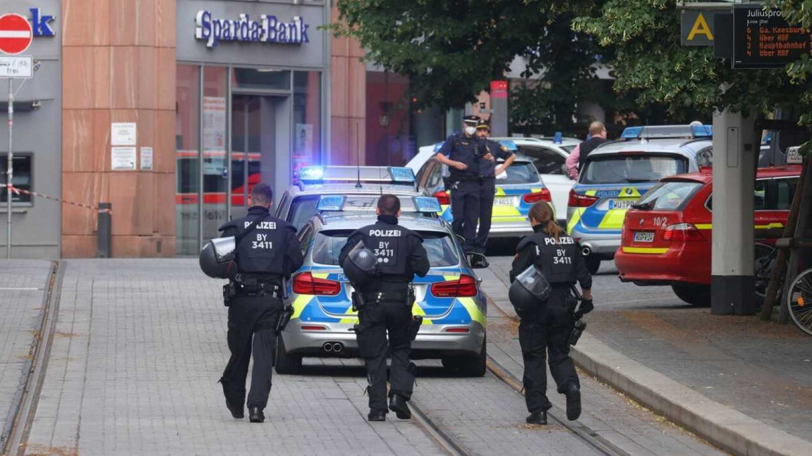Agentes de policía aseguran el centro de la ciudad en Wuerzburg, en el sur de Alemania, tras un ataque con cuchillo.