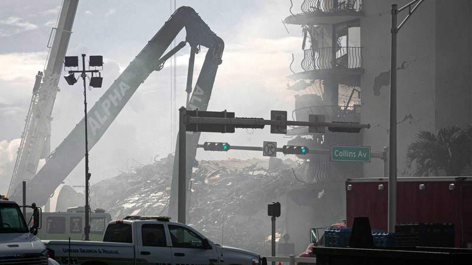 Máquinas de construcción trabajan en el lugar del derrumbe enSurfside, Florida