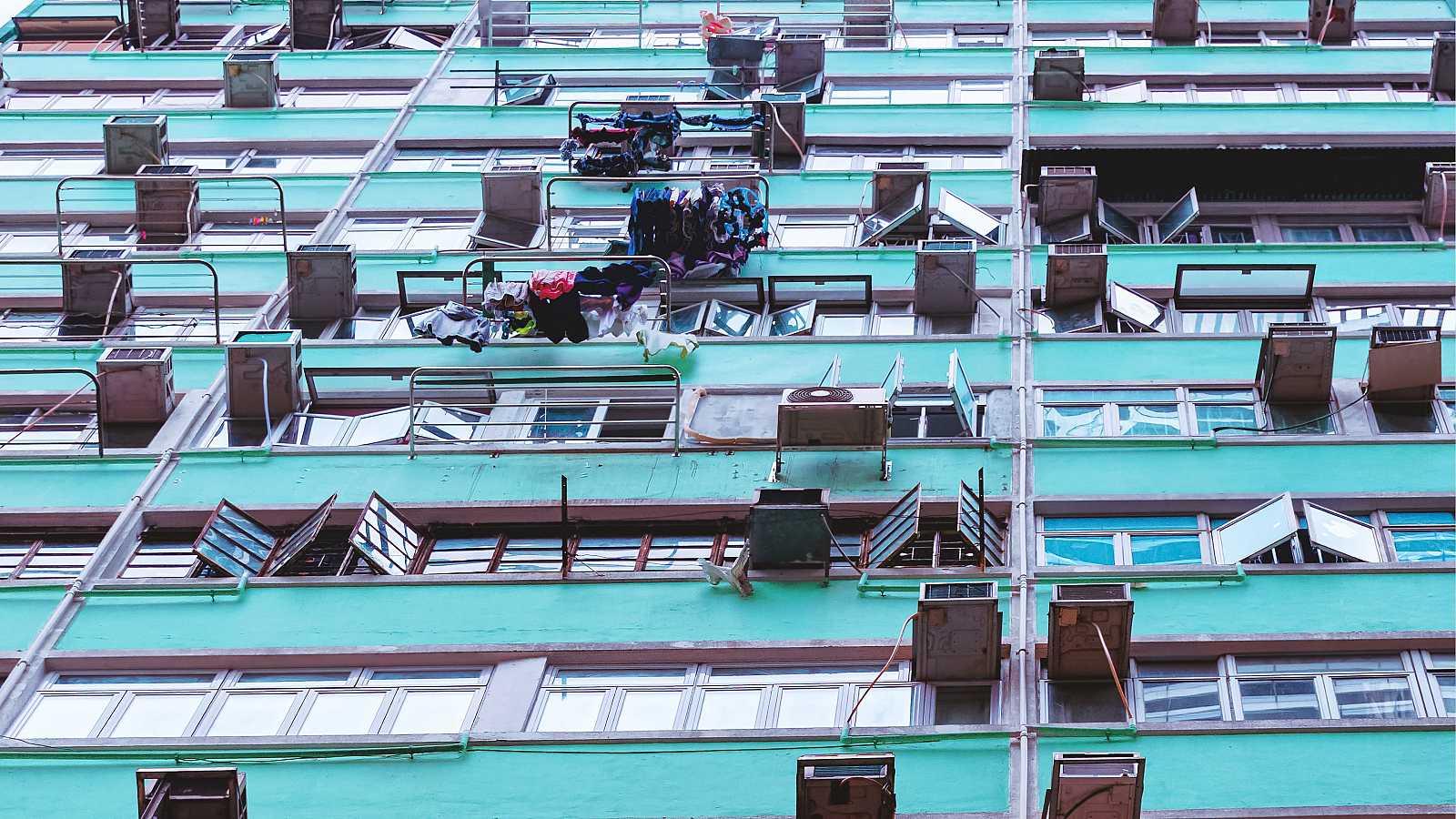 Aparatos de aire acondicionado en la fachada de un edificio