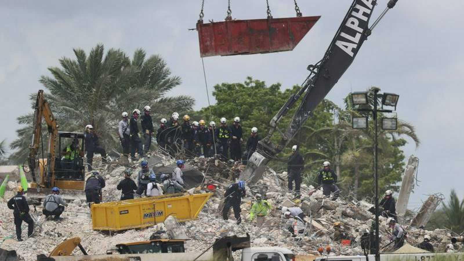 Las labores de rescate continúan después de la demolición controlada del edificio