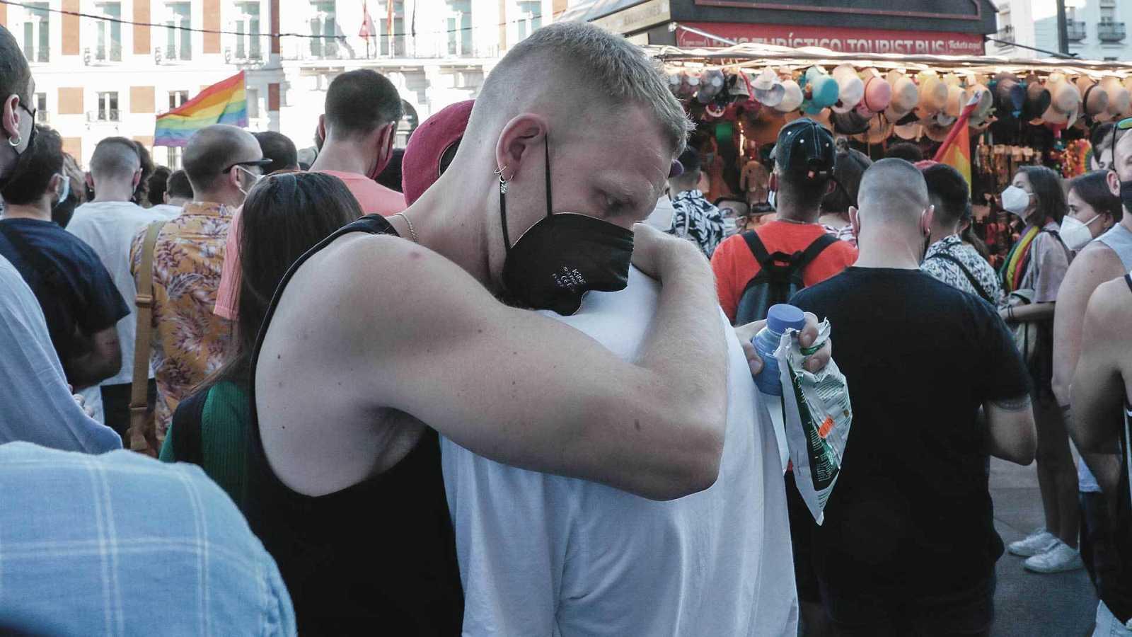 Dos jóvenes se abrazan durante la protesta en Madrid tras la paliza mortal a Samuel Luiz.