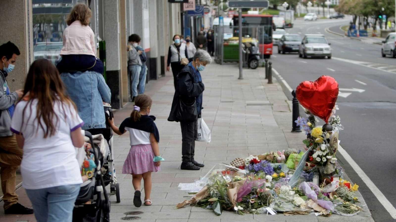 Vista de las flores y los mensajes dejados en el lugar en el que fue asesinado Samuel Luiz, en A Coruña. EFE/ Cabalar