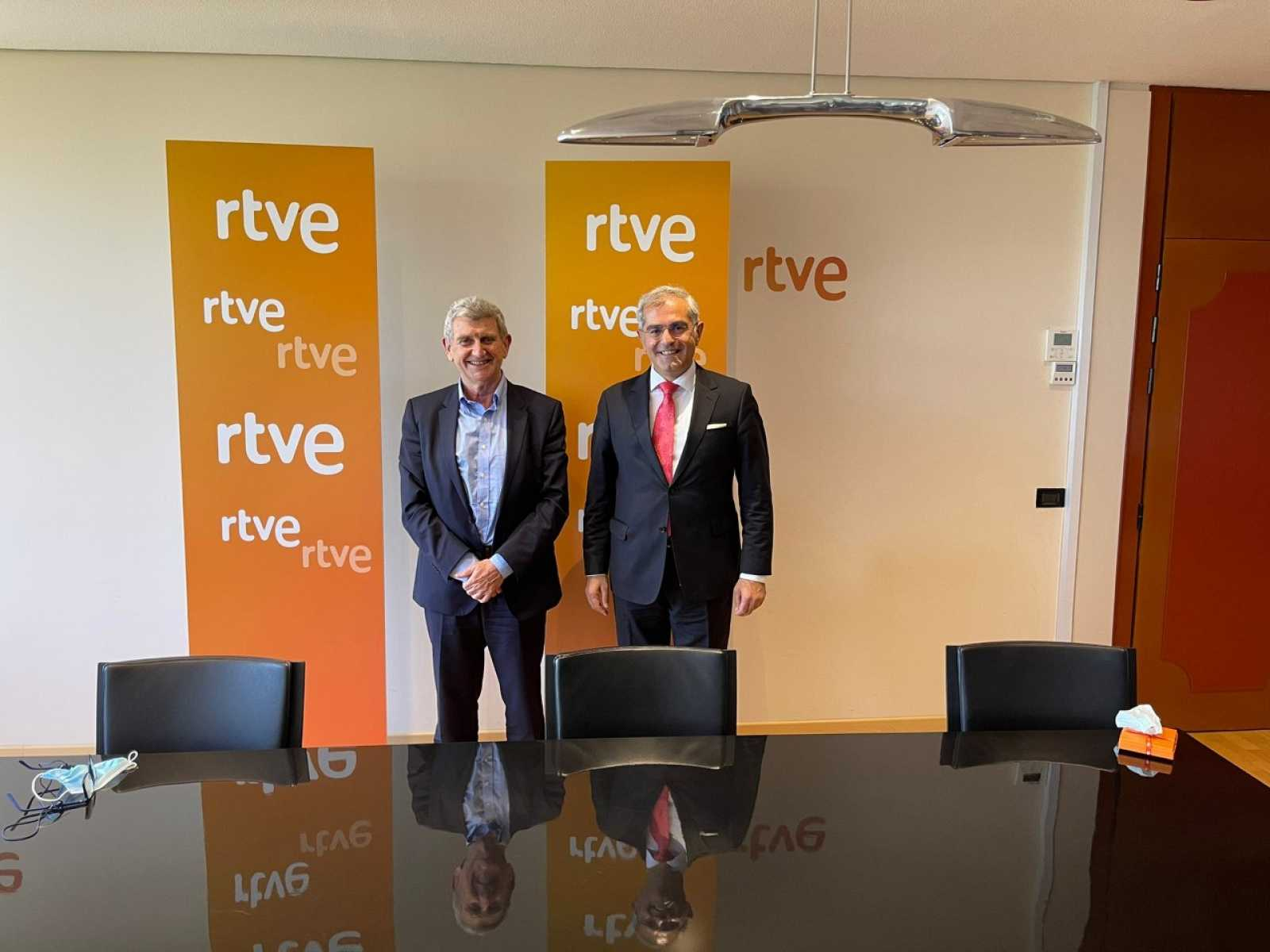 José Manuel Pérez Tornero y al embajador de la República de Turquía, el Excmo. Sr. Burak Akçapar