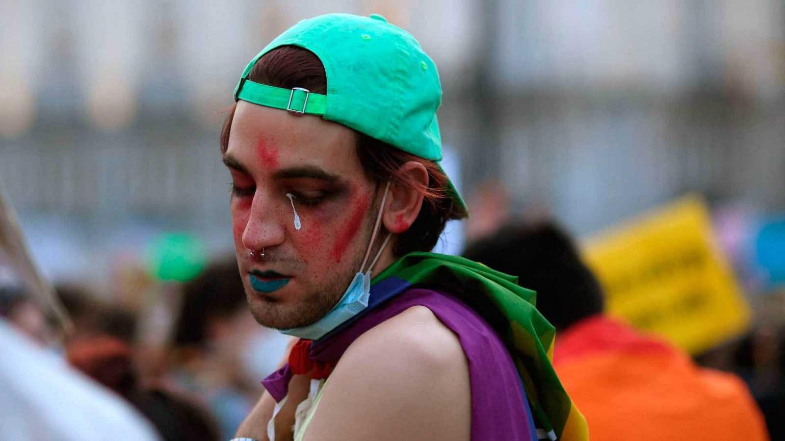 Joven en la manifestación en recuerdo de Samuel Luiz y contra la LGTBIfobia