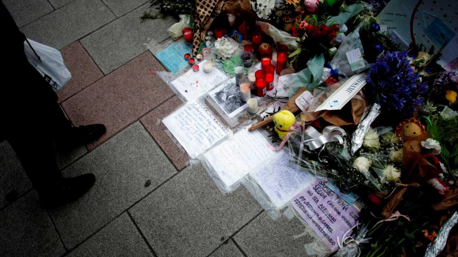 Vista de las flores y los mensajes dejados en el lugar en el que fue asesinado Samuel Luiz