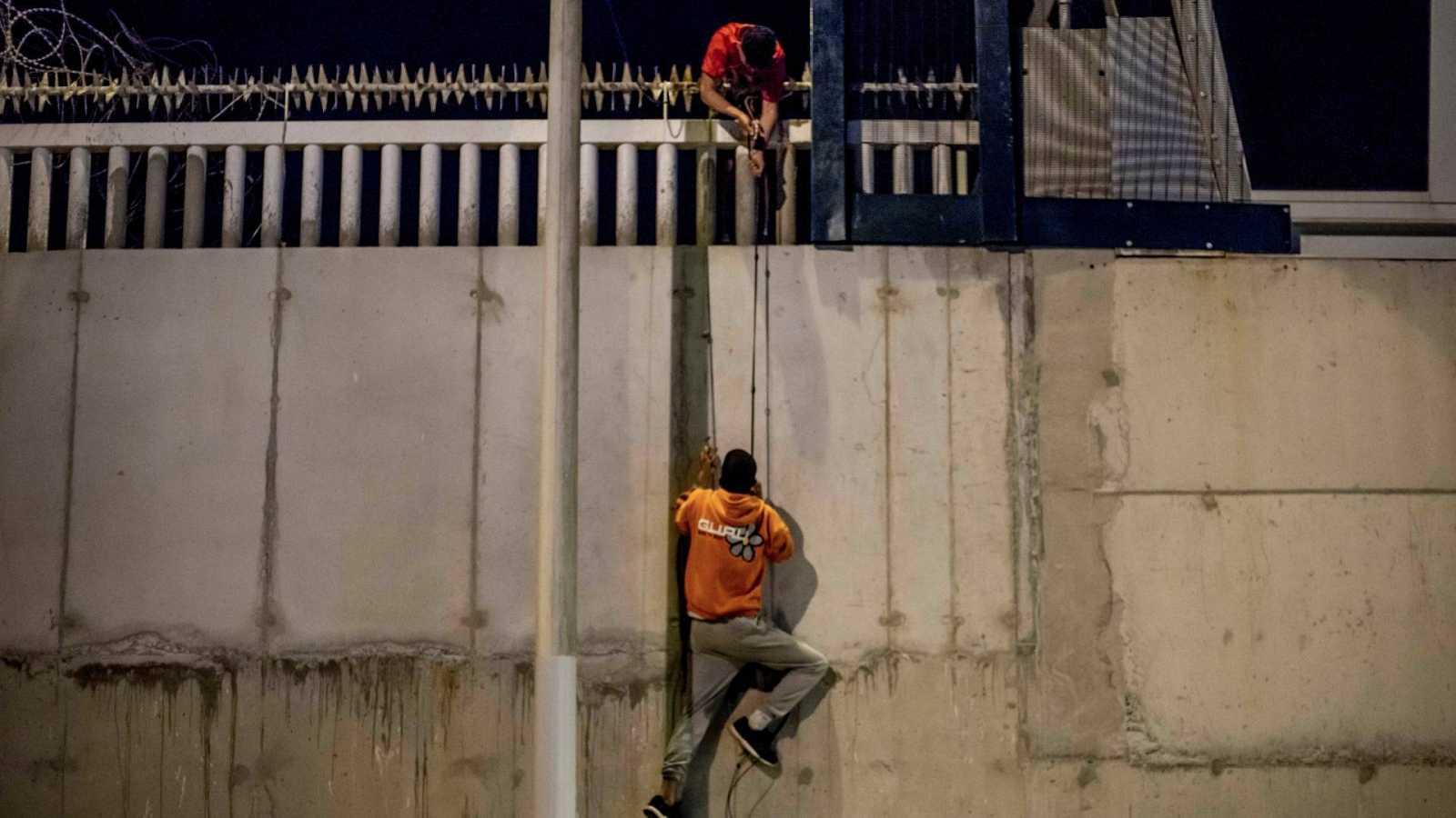 Migrantes intentan acceder al puerto comercial de Ceuta para esconderse en un barco que les lleve a la península, en mayo de 2021