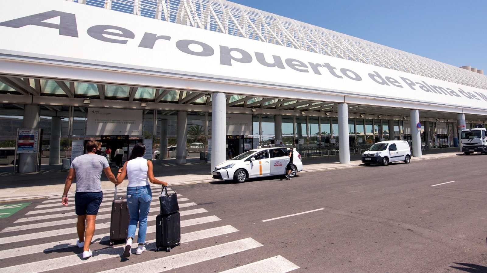 Turistas entran en la terminal de salida del aeropuerto de Palma.