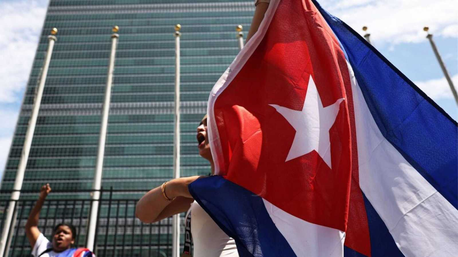Un pequeño grupo de personas se reúnefrente a Naciones Unidas en apoyo al pueblo de Cuba en NUeva York, EE.UU.