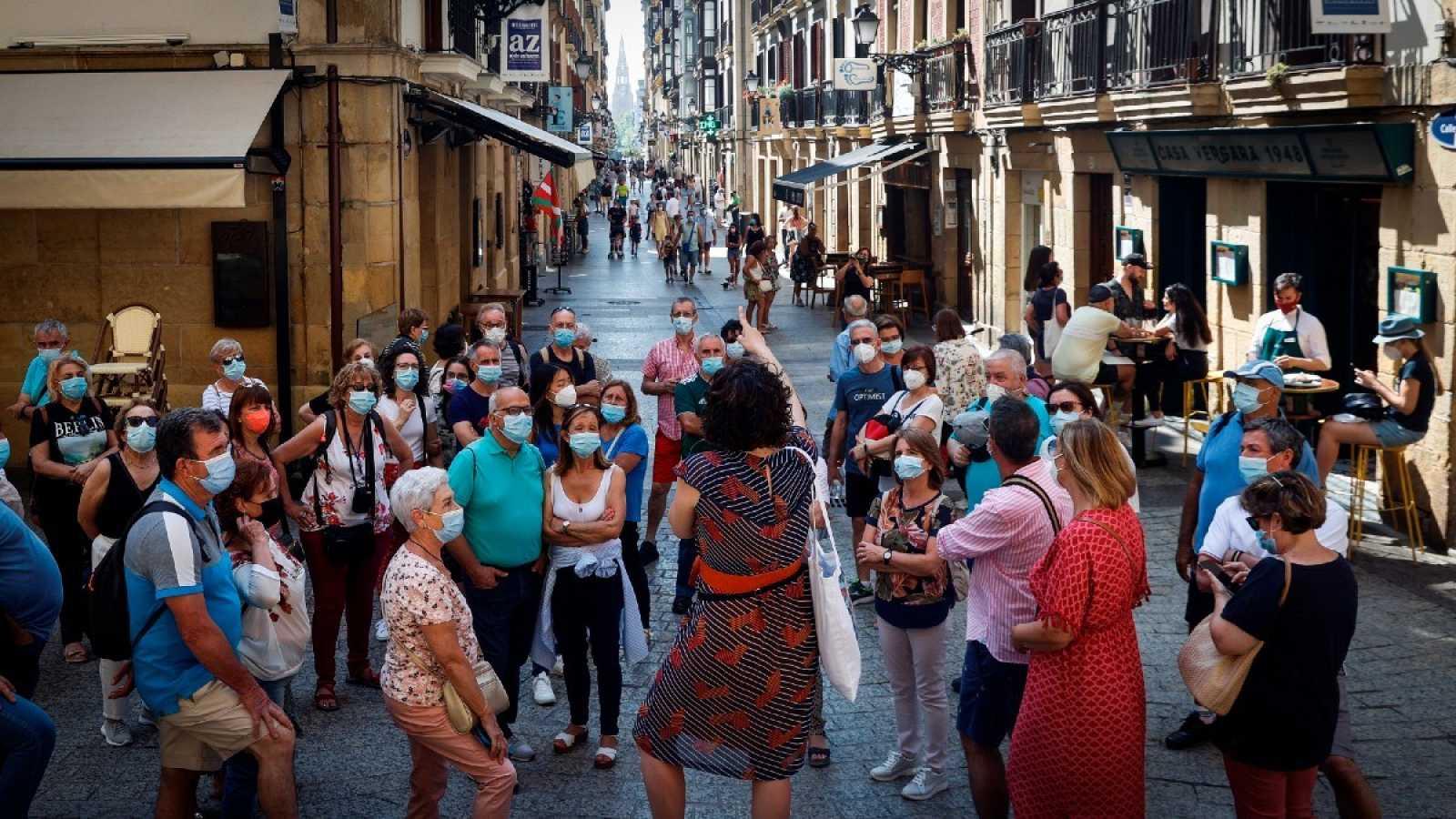 Un grupo de turistas visita la Parte Vieja de San Sebastián, Euskadi.