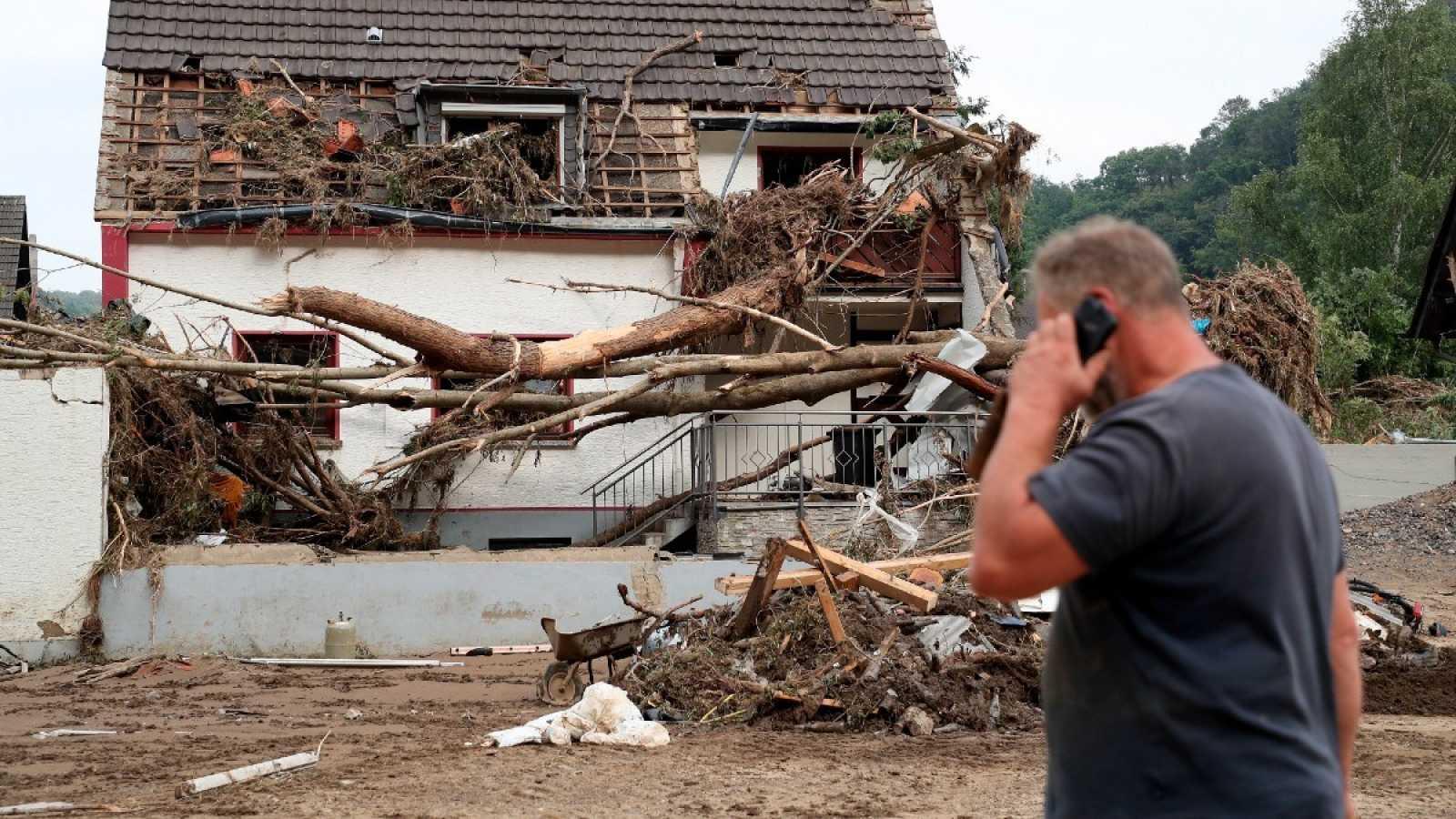 Un vecino revisa los daños tras la inudación del Río Ahr en Altenahr, Germany