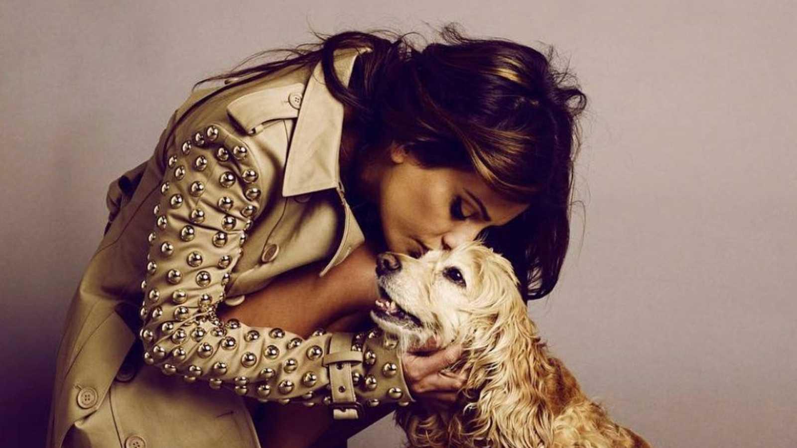 Mónica Cruz besa a uno de sus perros