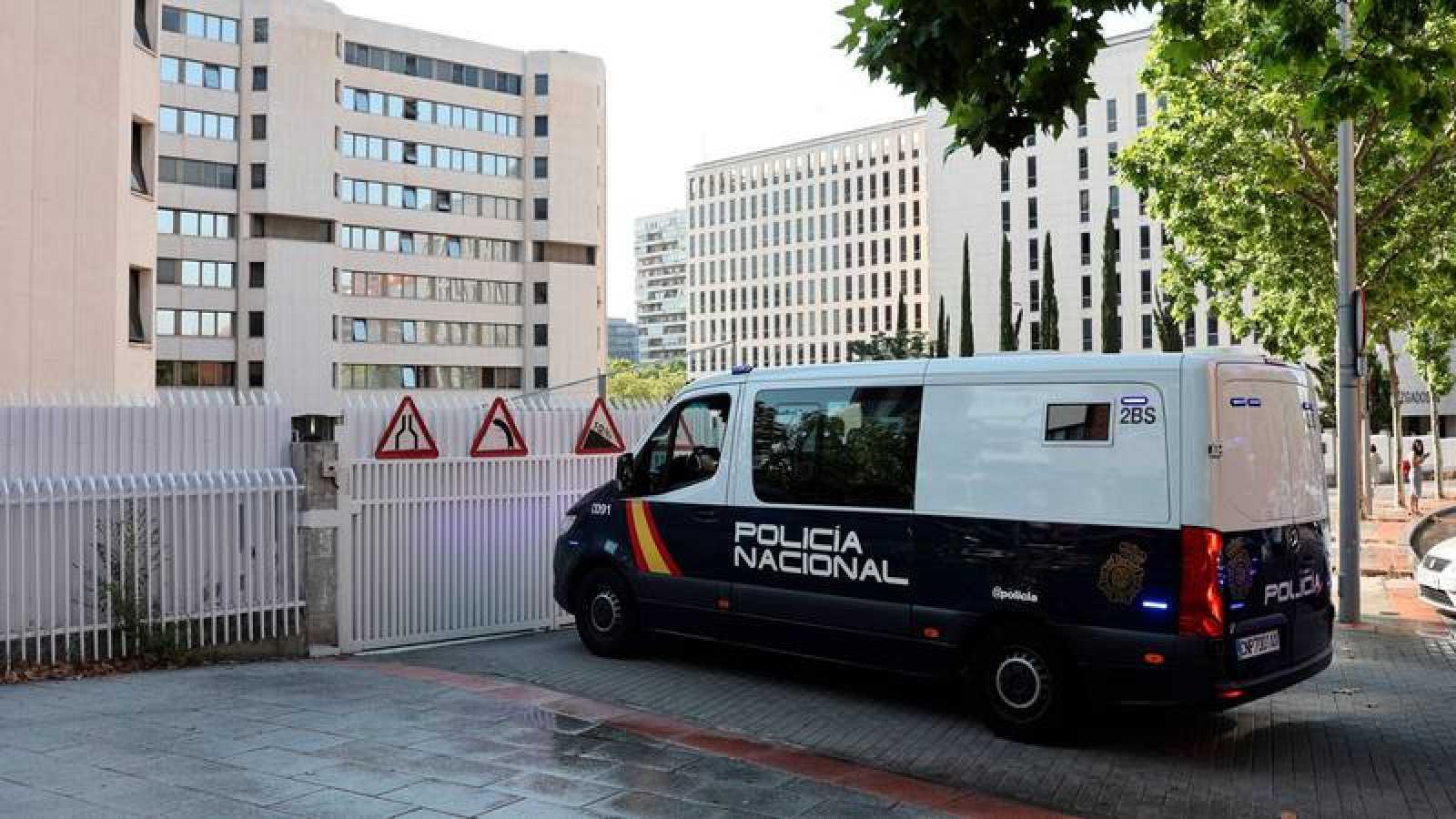 Vista de un furgón de la Policía Nacional este miércoles a su llegada a los Juzgados de Plaza de Castilla en Madrid