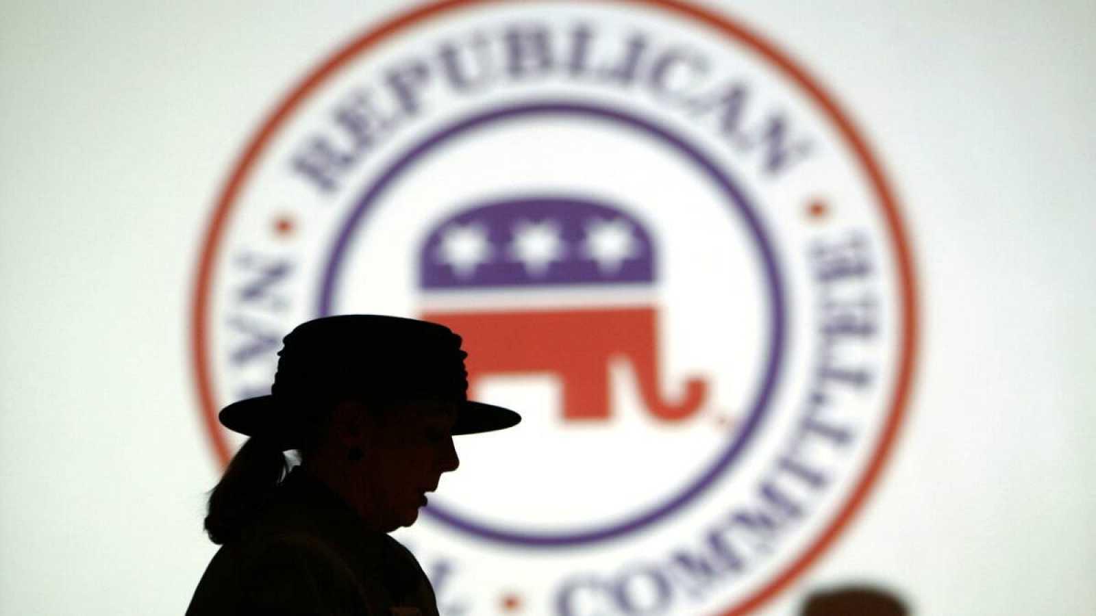 Miembros del Partido Republicano frenteallogotipo del Comité Nacional Republicano (RNC) en un hotel en Washington el 20 de enero de 2006.