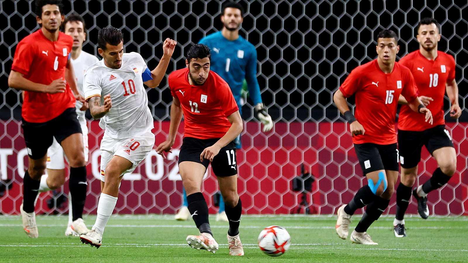 Dani Ceballos intenta recuperar el balón en el Egipto - España