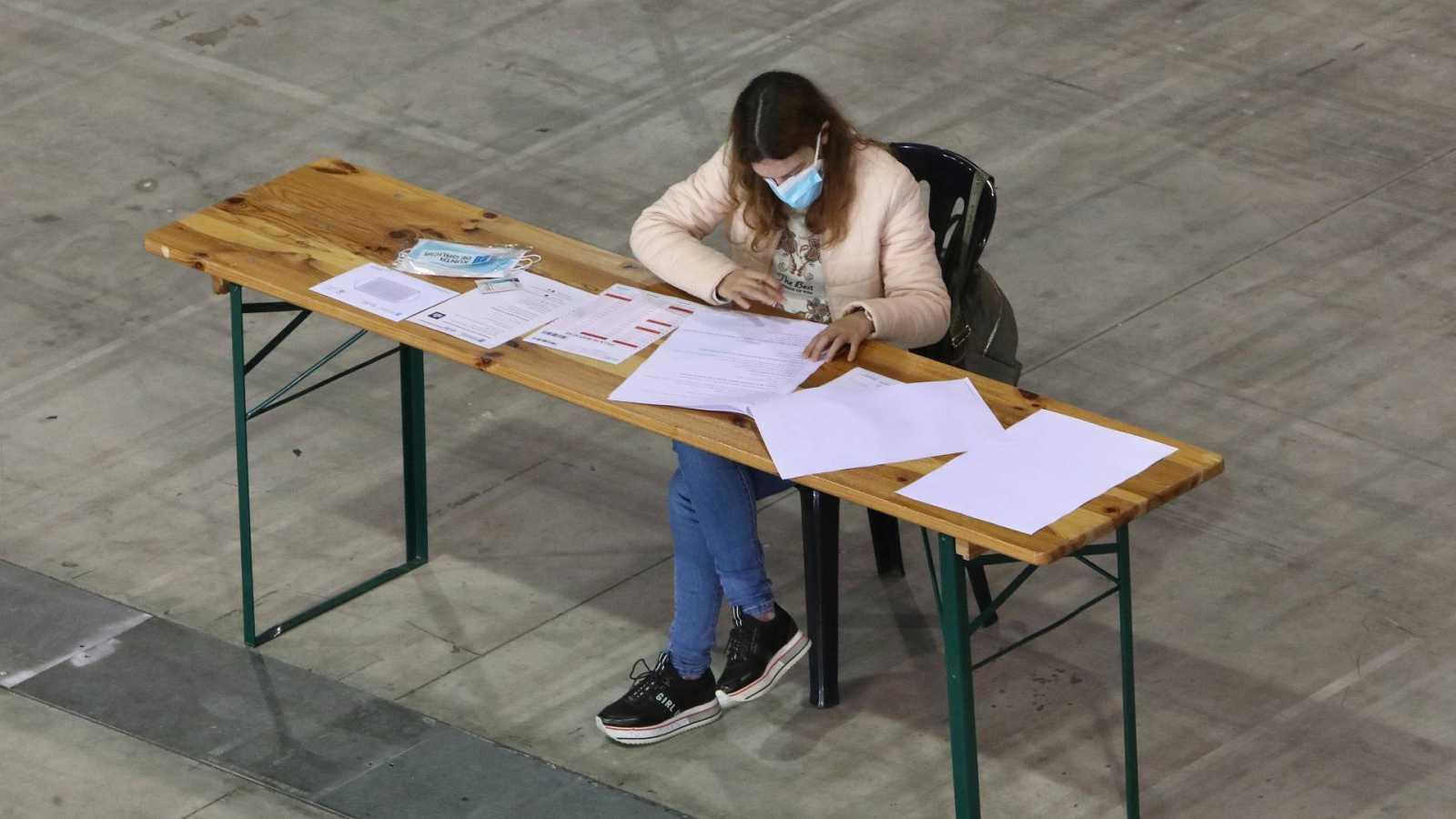 Una aspirante durante un examen de oposición en Pontevedra