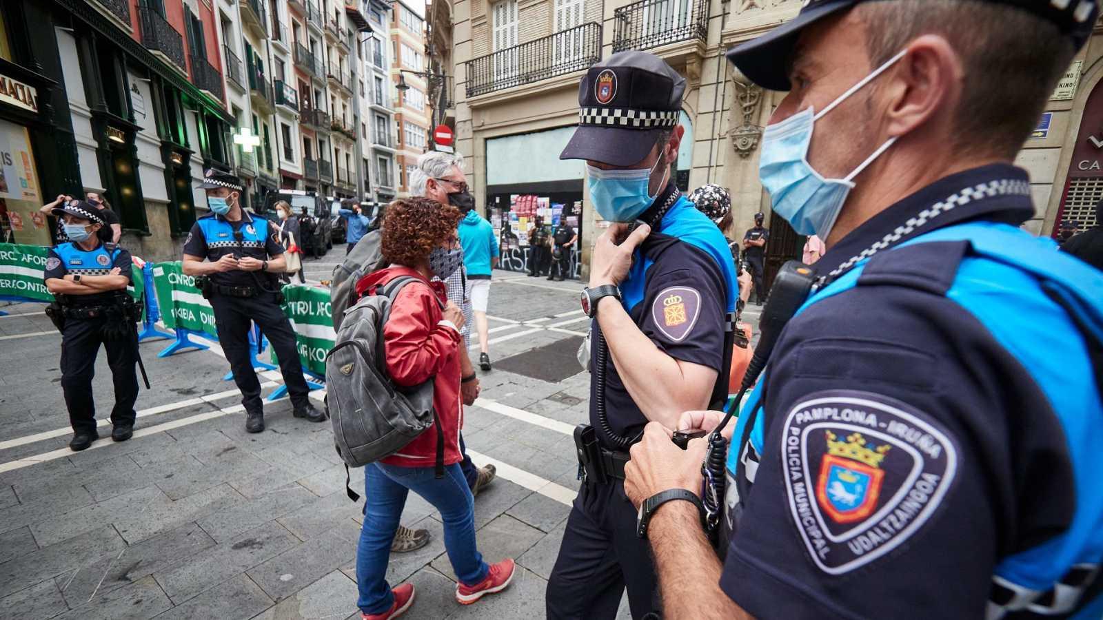 Varios agentes de policía vigilan en las calles de Pamplona.