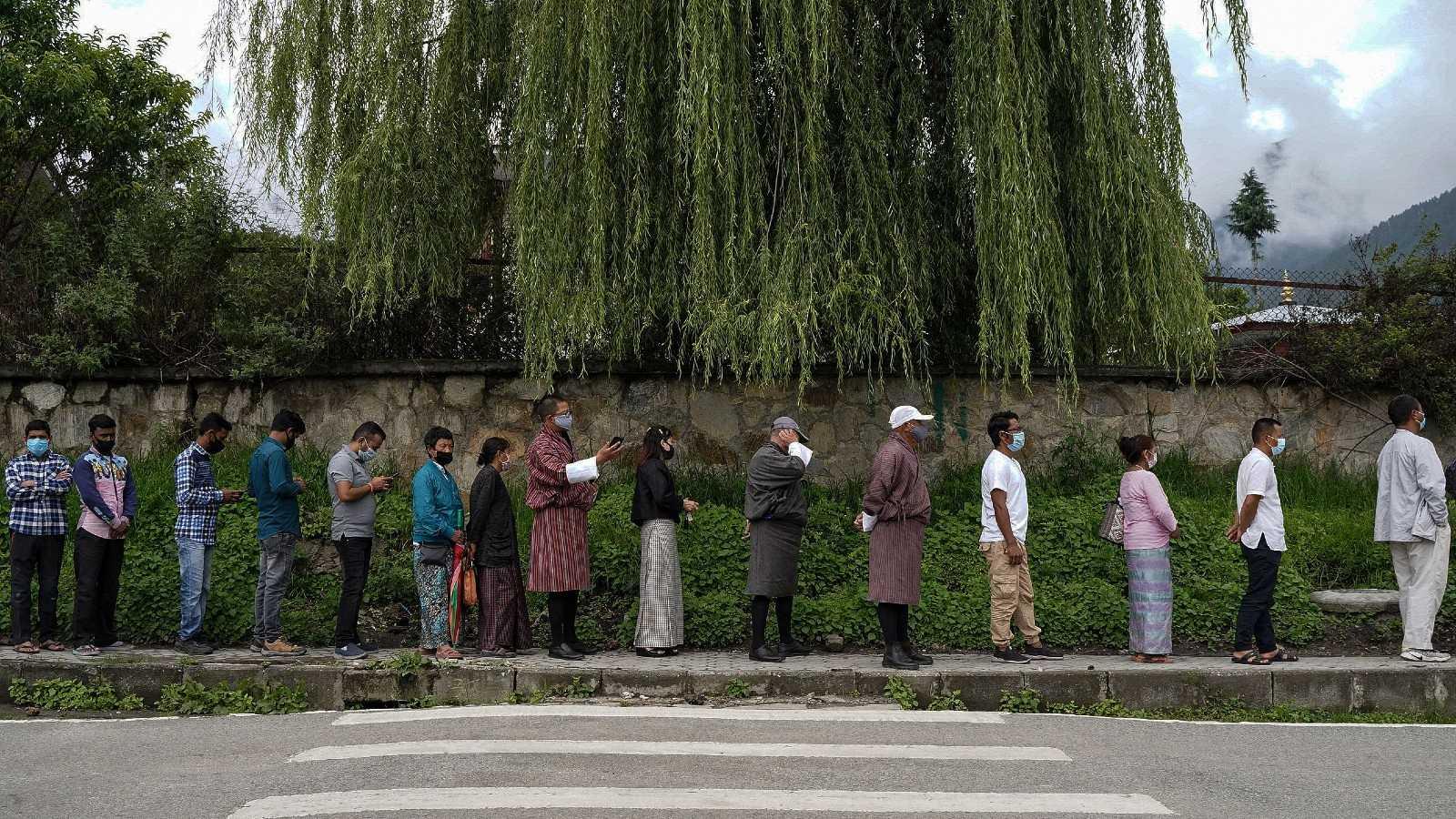 La cola para la vacuna contra el coronavirus en Timbu, Bután
