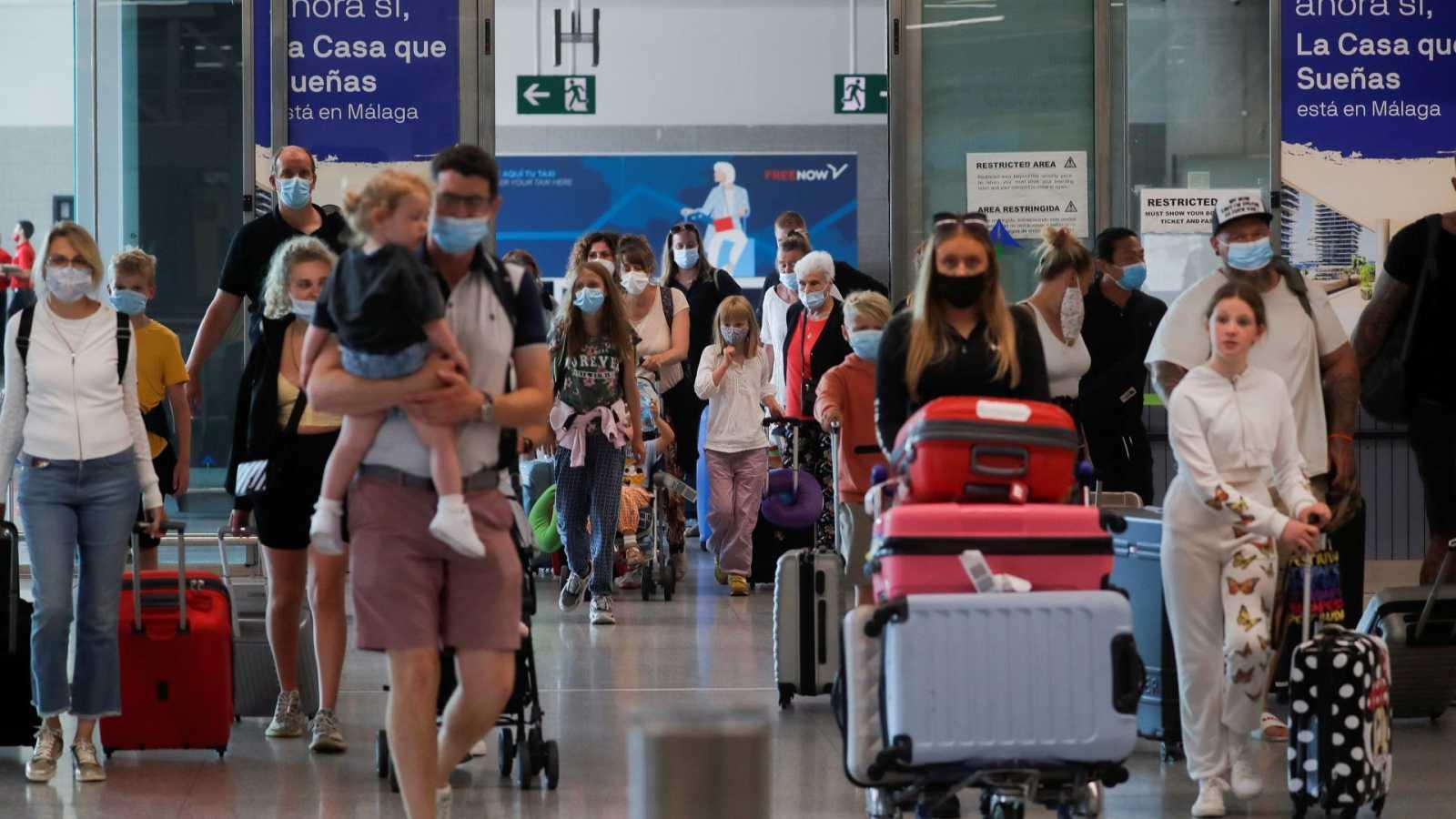 Turistas británicos con mascarilla llegan al aeropuerto de Málaga