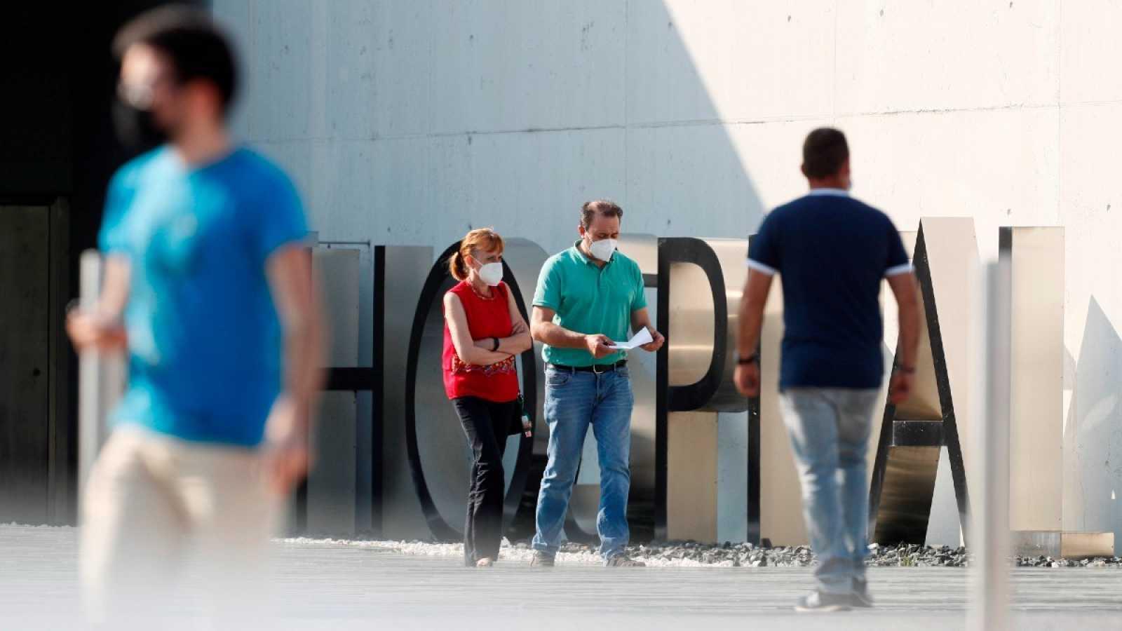 Varias personas caminan frente al Hospital HULA de Lugo