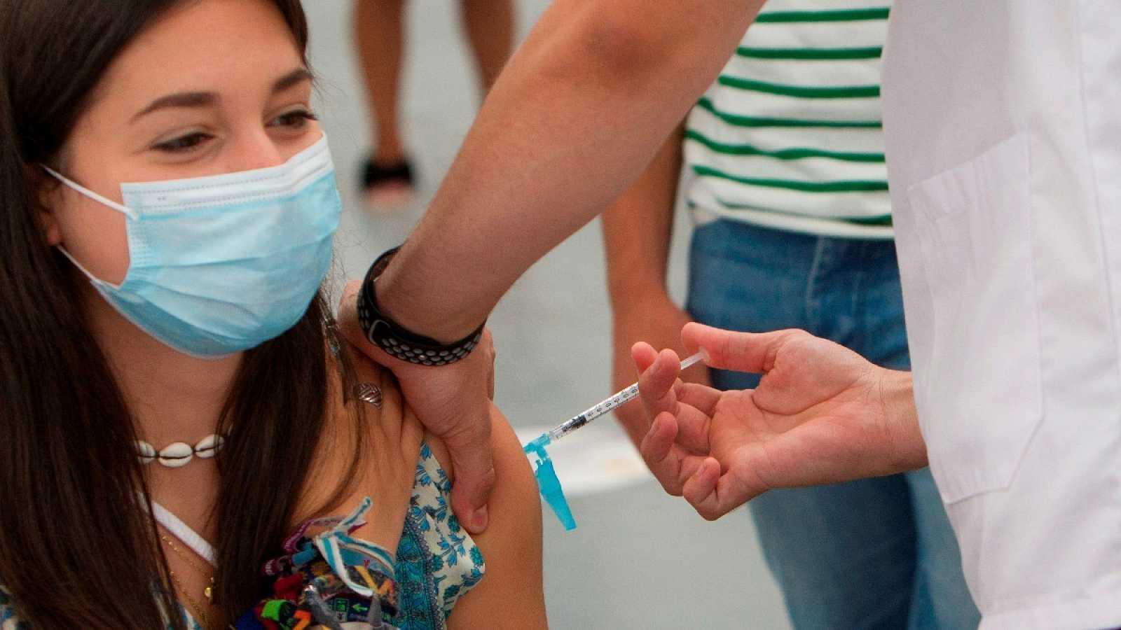 Una joven se vacuna voluntariamente en el Instituto Ferial de Vigo, Galicia