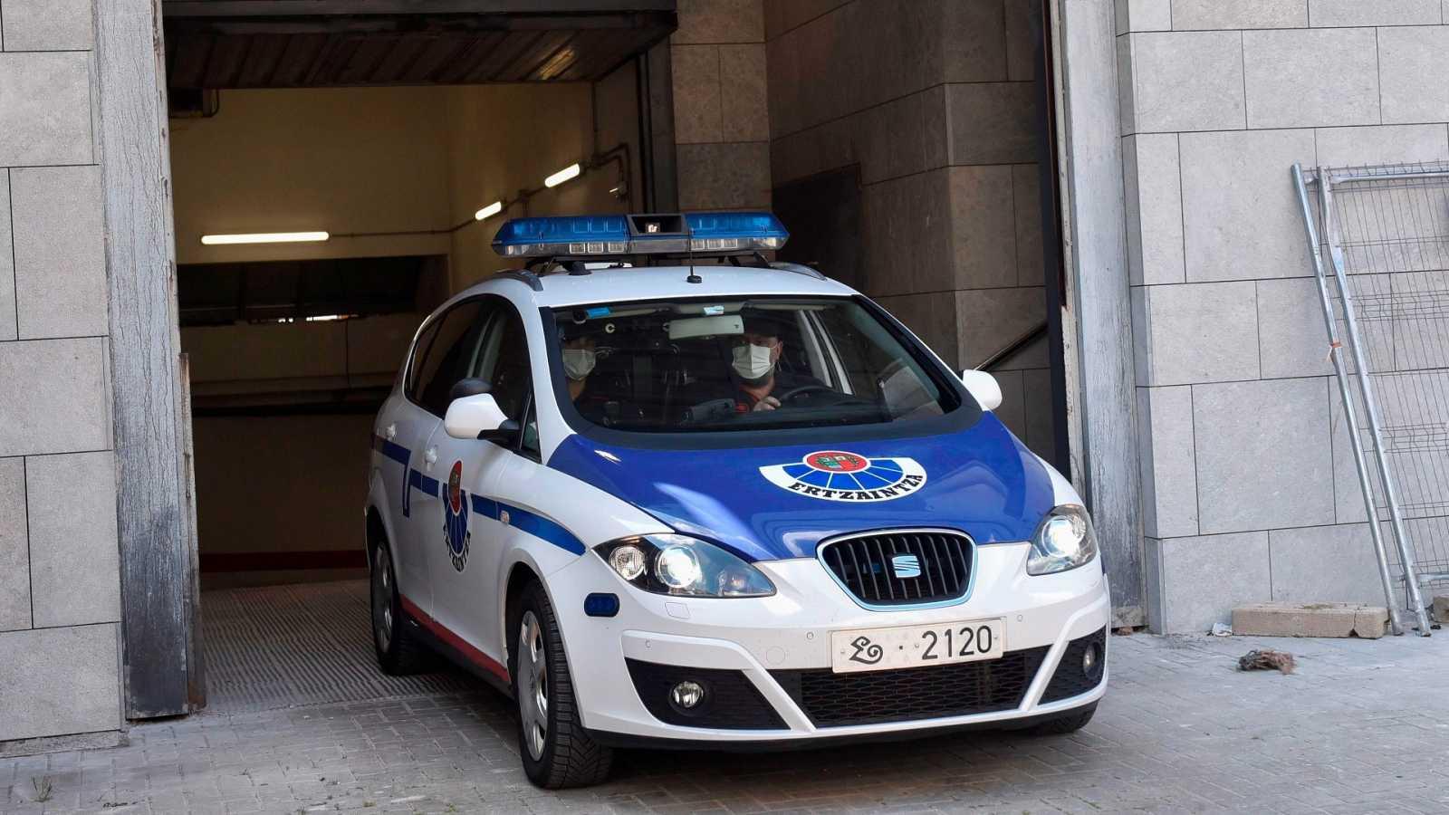 Un coche patrulla de la Ertzaintza abandona este viernes los juzgados de Durango en Bizkaia