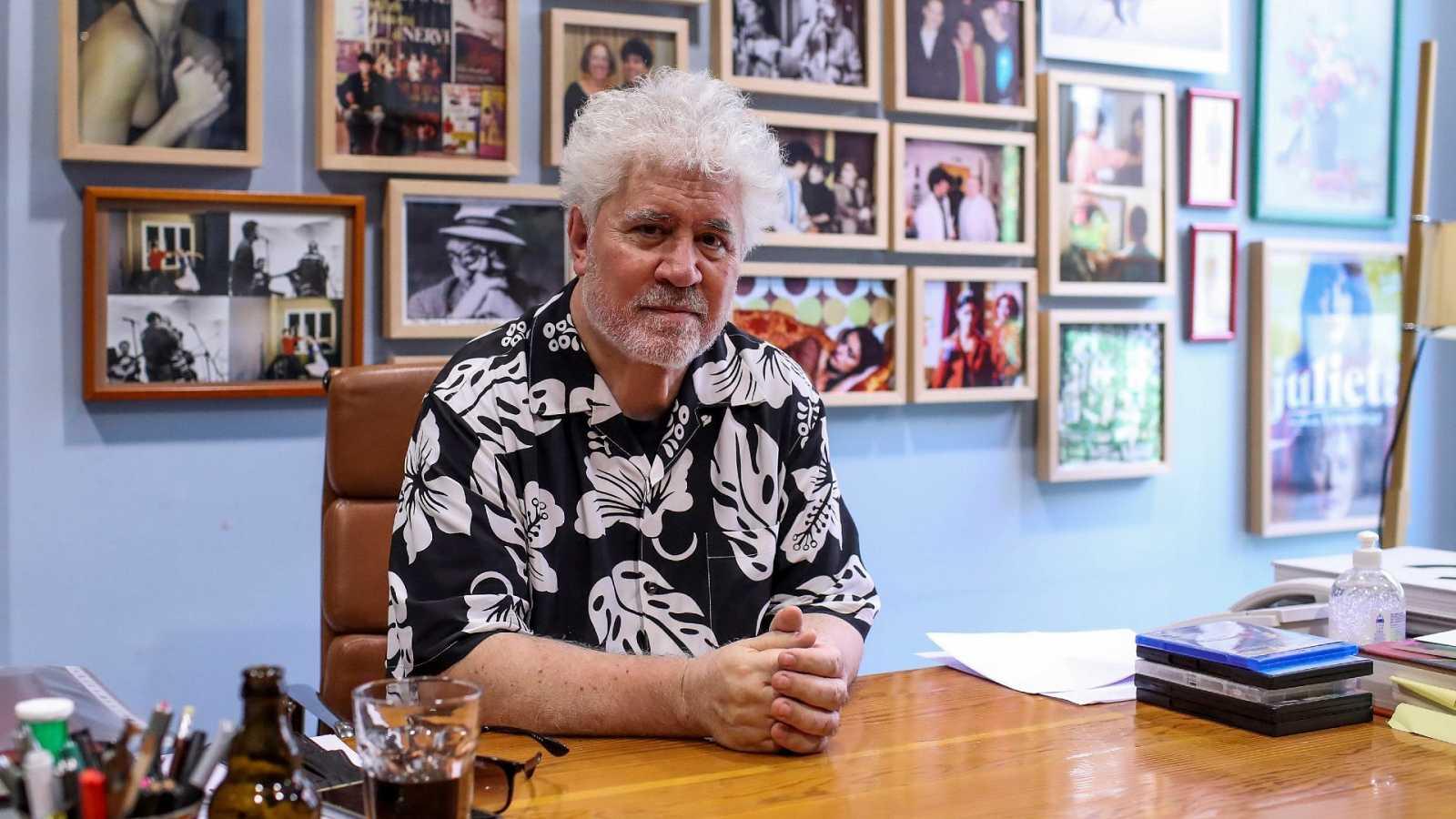 """El director de cine Pedro Almodóvar posa en su despacho de la productora """"El Deseo"""""""