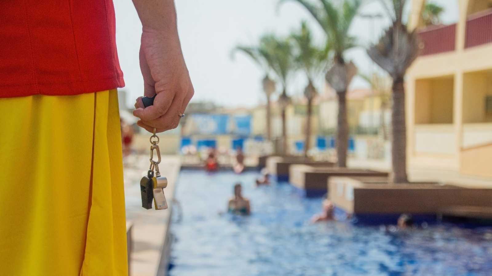 Un socorrista vigila una piscina