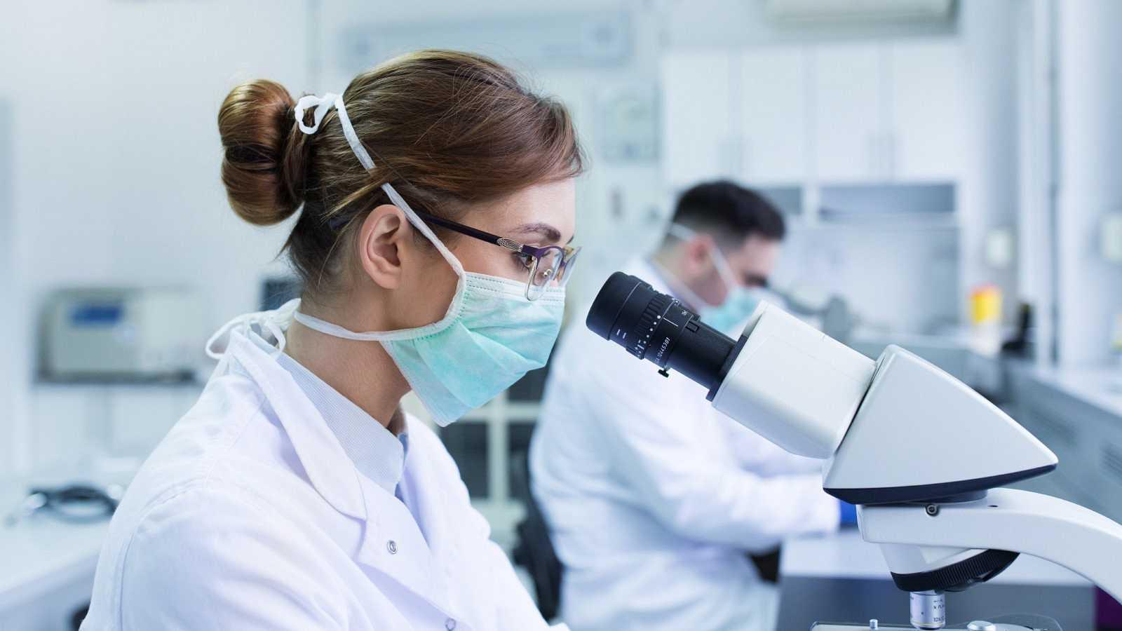 Un científica en un laboratorio, imagen ed archivo