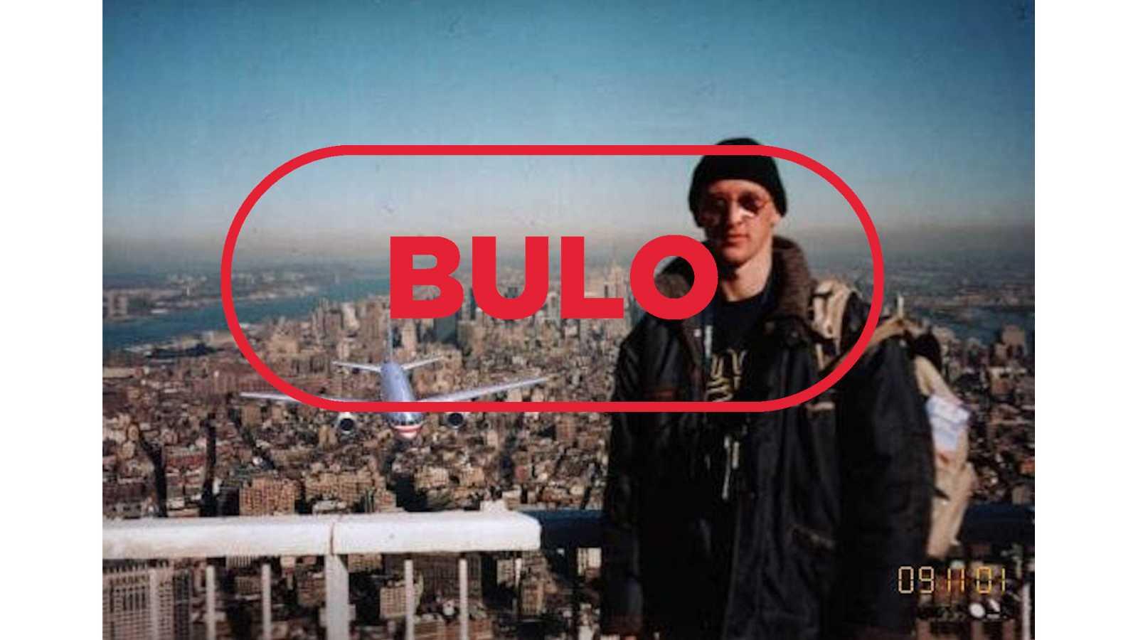 La imagen de un turista en una de las Torres Gemelas de Nueva York con un avión de fondo añadido digitalmente y el sello bulo en rojo de VerificaRTVE