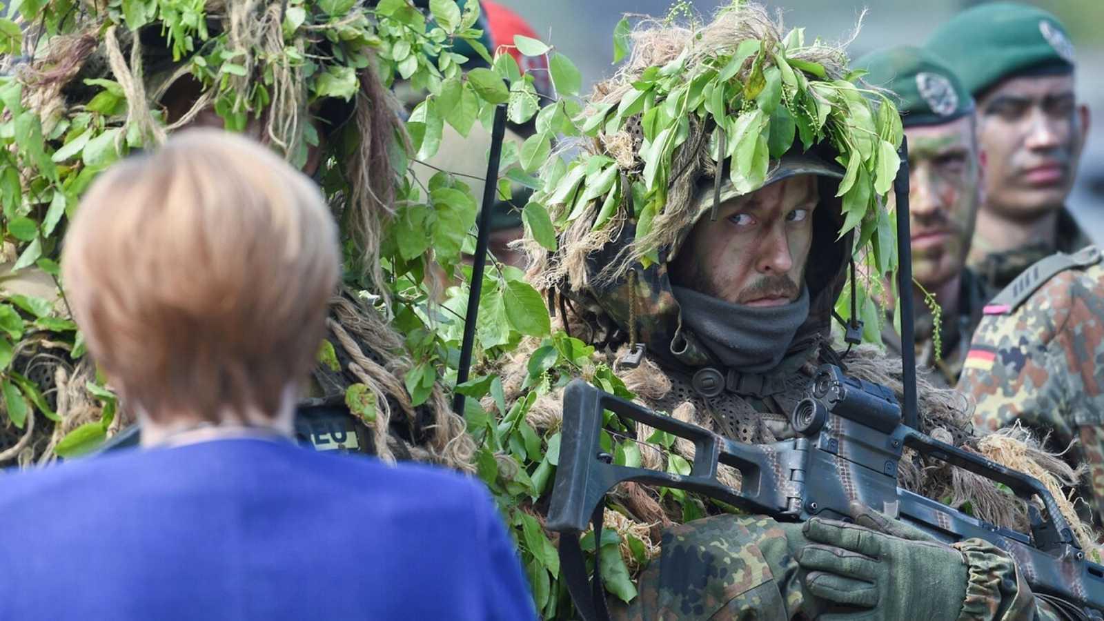 Imagen de archivo de la canciller alemana, Angela Merkel, pasando revista a tropas alemanas que forman parte de una fuerza colectiva de la OTAN: Foto: PATRIK STOLLARZ / AFP