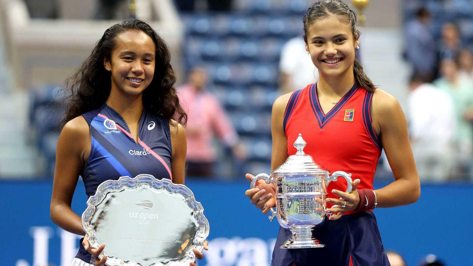 Leylah Fernandez (izq) y Emma Raducanu, con sus trofeos de sumcampeona y campeona del US Open, respectivamente